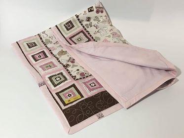Cotone a fantasia delicata rosa con piccoli disegni rosa chiaro